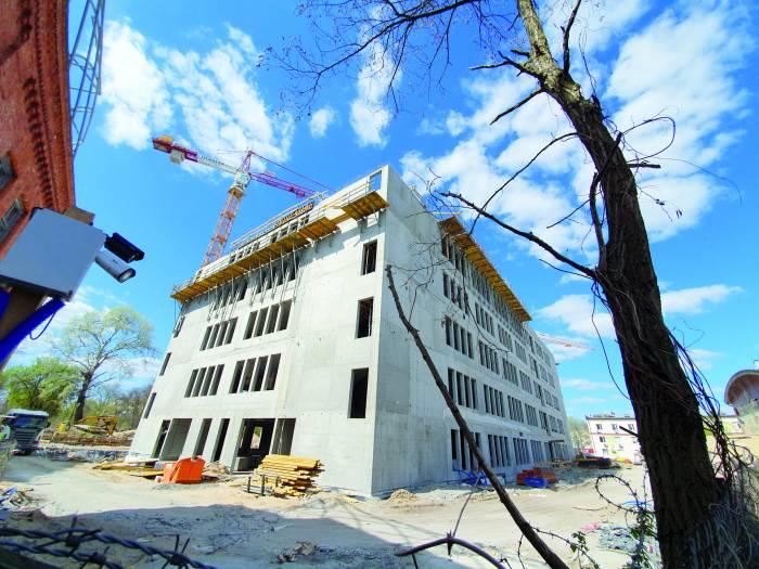 Budynek szpitala osiągnął już docelową piątą kondygnację. Fot. Łukasz Kudlicki.